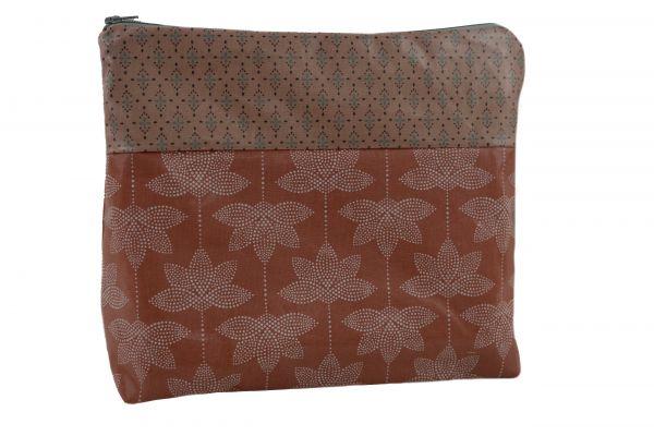 Handgemachte Kulturtasche Wickeltasche Burned Lotus aus beschichteter Baumwolle