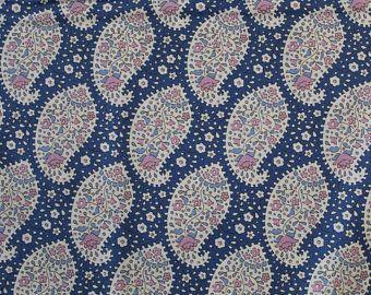 Tilda Stoff Teardrops Blueberry aus der Serie Plum Garden